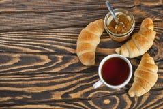 Świezi croissants z herbatą i dżemem dla śniadania zdjęcie royalty free