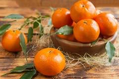 Świezi cytrus owoc tangerines, pomarańcze zbliżenie w wieśniaka stylu Obraz Royalty Free