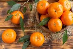 Świezi cytrus owoc tangerines, pomarańcze zbliżenie w wieśniaka stylu Obrazy Stock