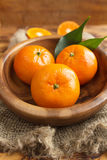 Świezi cytrus owoc tangerines, pomarańcze zbliżenie w wieśniaka stylu Zdjęcia Stock