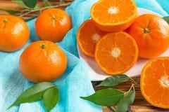 Świezi cytrus owoc tangerines, pomarańcze zbliżenie w wieśniaka stylu Zdjęcie Royalty Free