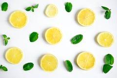 Świezi cytryna plasterki na białym tle Tło z cytryną i mennicą Piękna fotografia z cytrusem c świeżych zdrowych pomarańcz stylowa fotografia stock
