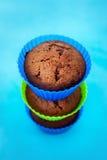 Świezi czekoladowi muffins w krzemów właścicielach Fotografia Royalty Free