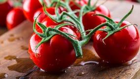 Świezi czereśniowi pomidory myli czystą wodę Rżnięci świezi pomidory Fotografia Stock