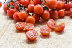 Świezi Czereśniowi pomidory na drewnianej tnącej desce Zdjęcia Stock
