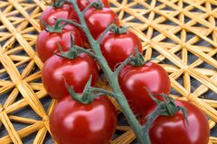 Świezi czereśniowi pomidory na tle słoma matują Fotografia Royalty Free
