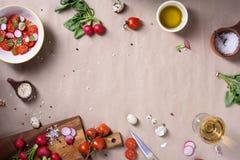 Świezi czereśniowi pomidory, sałatka, rzodkwie i pikantność na nieociosanym tle z kopii przestrzenią, Zdrowy kulinarny tło, przep Obraz Royalty Free