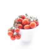 Świezi Czereśniowi pomidory w ceramicznym pucharze na białym tle Zdjęcie Royalty Free