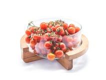 Świezi Czereśniowi pomidory w szklanym pucharze na białym tle Obraz Stock