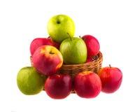 Świezi czerwoni i zieleni jabłka w drewnianym koszu Obrazy Stock
