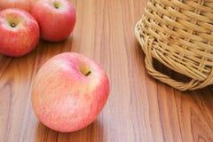 Świezi czerwoni jabłka Zdjęcia Royalty Free