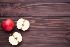 Świezi czerwoni jabłka na drewnianym stole obrazy royalty free