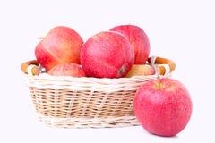 Świezi czerwoni jabłka w koszu, odizolowywającym na bielu fotografia stock