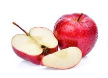 Świezi czerwoni jabłka z wodnymi kroplami odizolowywać na bielu Obrazy Stock