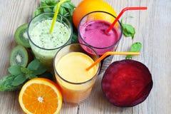 Świezi Detox soki z buraka, brzoskwini, szpinaka i kiwi owoc, Zdjęcie Royalty Free