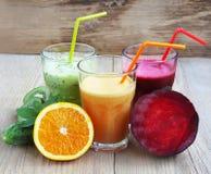 Świezi Detox soki z buraka, brzoskwini, szpinaka i kiwi owoc, Fotografia Stock