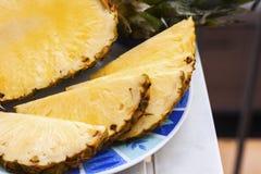 Świezi dojrzali ananasów plasterki na talerzu fotografia royalty free