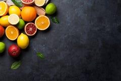 Świezi dojrzali cytrusy Cytryny, wapno i pomarańcze, fotografia stock