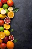 Świezi dojrzali cytrusy Cytryny, wapno i pomarańcze, zdjęcia stock