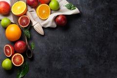 Świezi dojrzali cytrusy Cytryny, wapno i pomarańcze, obrazy stock