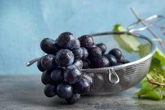 Świezi dojrzali soczyści winogrona w colander obrazy royalty free