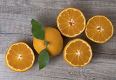 Świezi dojrzali tangerines z liśćmi na drewnianym tle zdjęcia stock