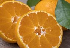 Świezi dojrzali tangerines z liśćmi na drewnianym tle zdjęcia royalty free