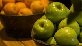 Świezi dojrzali zieleni jabłka zbiory
