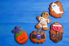 Świezi domowej roboty Halloween piernikowi ciastka na błękitnym drewnianym tabl zdjęcia stock