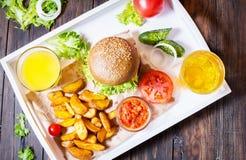Świezi domowej roboty hamburgery, smażyć grule, piwo i sok, słuzyć na białej tacy zdjęcie stock