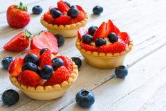Świezi domowej roboty jagodowi tarts z truskawką i czarną jagodą z świeżymi jagodami Fotografia Royalty Free
