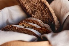 Świezi domowej roboty plasterki czarny żyto chleb w koszu zdjęcie stock