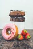 Świezi donuts dla śniadania na drewnianym stole świeżym strawbe i Fotografia Royalty Free