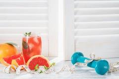 Świezi grapefruits i grapefruitowy sok zdjęcia stock