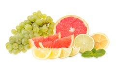 Świezi grapefruits, wapno, cytryny i winogrona, fotografia royalty free