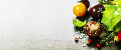 Świezi gronowi pomidory z salade solą i liśćmi Obraz Royalty Free