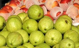 Świezi Guavas i jabłka dla sprzedaży zdjęcia stock