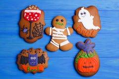 Świezi Halloween piernikowi ciastka na błękitnym drewnianym stole, mieszkanie l fotografia royalty free