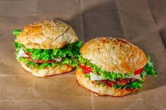 Świezi hamburgery na rzemiosło papierze Obraz Stock