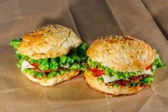 Świezi hamburgery na rzemiosło papierze Obrazy Royalty Free