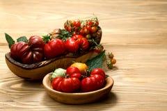 Świezi heirloom pomidory na drewnianym stole zdjęcia stock