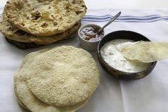 Świezi Indiańscy płascy chleby Naans i poppadums Zdjęcia Stock
