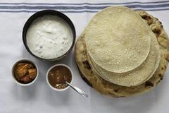 Świezi Indiańscy płascy chleby Naans i poppadums Zdjęcie Stock