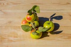 Świezi jabłka na drewnianym stole Fotografia Stock
