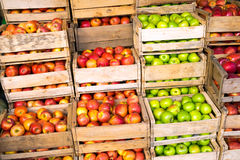Świezi jabłka w drewnianych pudełkach dla sprzedaży Zdjęcia Royalty Free