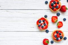 Świezi jagodowi tarts z truskawką i czarną jagodą z świeżymi jagodami Zdjęcie Royalty Free