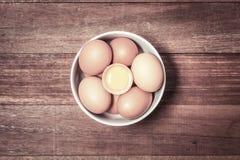 Świezi jajka, Świezi jajka w filiżance na drewnianym tle Zdjęcie Stock