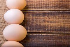 Świezi jajka zbliżają banatki na drewnianym tle Odgórny widok wieśniak kosmos kopii Obraz Royalty Free
