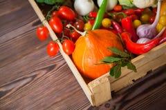 Świezi jesieni warzywa w drewnianego pudełka żywności organicznej odgórnym widoku obrazy stock