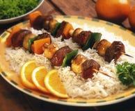 Świezi kebabs na łóżku ryż Obrazy Stock